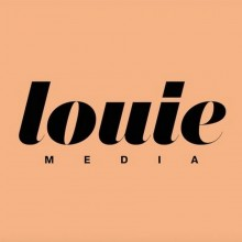 Logo Louie Media : lettres stylisées noires sur fond de couleur saumon.
