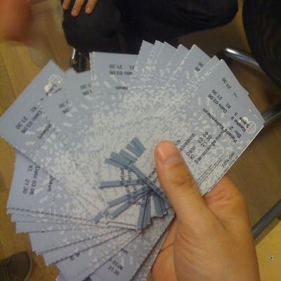 Main tenant de nombreux tickets de cinéma