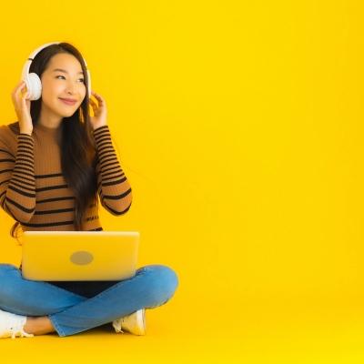 Une jeune femme écoute la musique d'un fil au casque