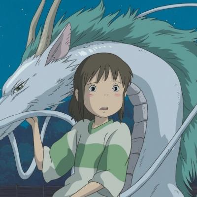 Capture du film Le voyage de Chihiro, on y voit la jeune fille accompagnée d'un dragon