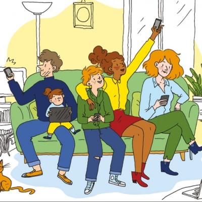 Membres d'une famille assis dans un canapé et utilisant tous un outil numérique : télé, tablette, smartphone, lecteur MP3