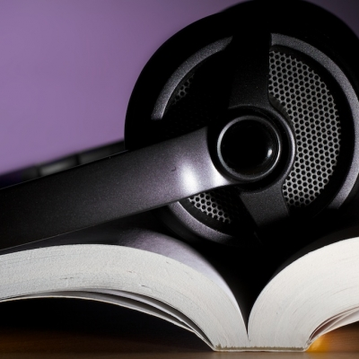 Casque audio déposé sur un livre ouvert