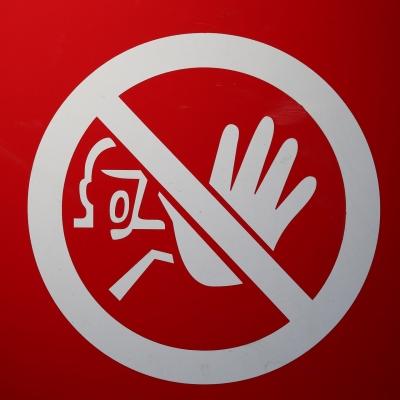 Un panneau de signalisation de couleur rouge et blanc signalant une interdiction.