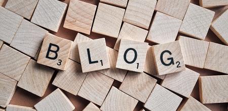 "Lettres de jeu de Scraable formant le mot ""blog""."