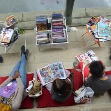 Enfants lisant des BD (vue de haut).