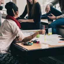 Un groupe d'étudiants réunit autour d'une table dans le cadre de révisions.