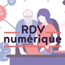 En fonds des personnes de tous âges qui s'entraident en informatique. En premire plan, le logo RDV Numérique