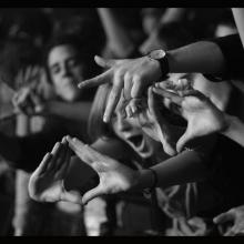 Photo en noir et blanc de spectateurs à un concert du Festival des Transmusicales en 2009.