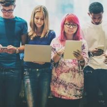 Un groupe d'adolescents utilisant des outils numériques.