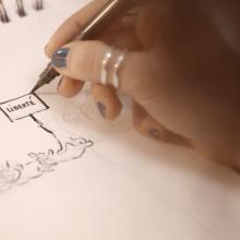 Photo d'une main exécutant un dessin.