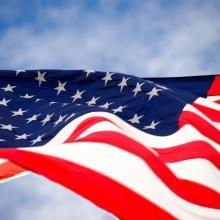 Drapeau américain flottant dans les airs.