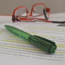 Stylo et paire de lunettes sur documents papier