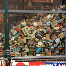 Une vitrine contenant une multitude d'objets empilés les uns sur les autres.