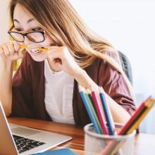 Une étudiante travaillant sur un ordinateur portable.