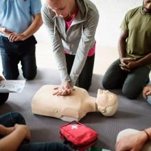 Un groupe de personnes se formant aux premiers secours.