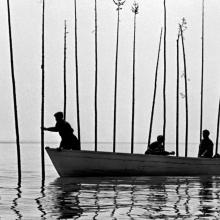 Trois pêcheurs sur une barque (photo en noir et blanc)
