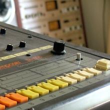 Plan rapproché de la boîte à rythmes TR-808 de Roland