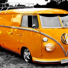 Photo d'un van Volkswagen de couleur jaune.